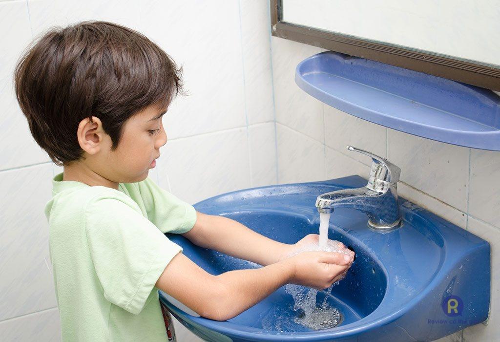 Cho trẻ rửa tay thường xuyên
