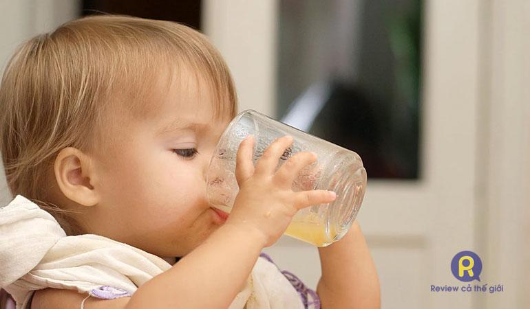 Cho trẻ 1 tuổi uống nước điện giải đúng liều lượng