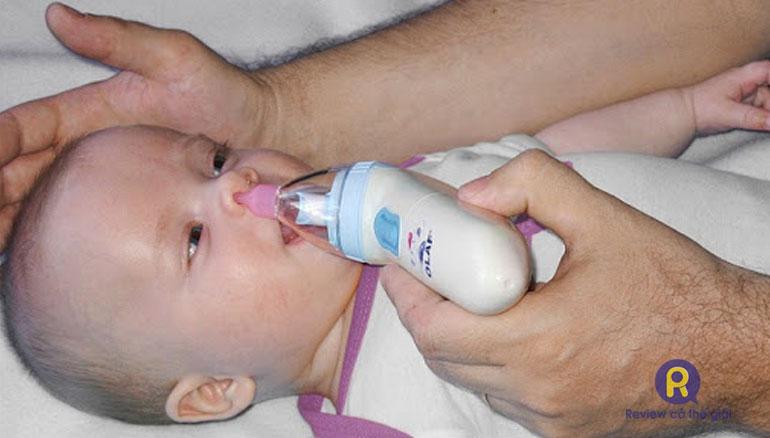 Dùng máy hút mũi cho bé