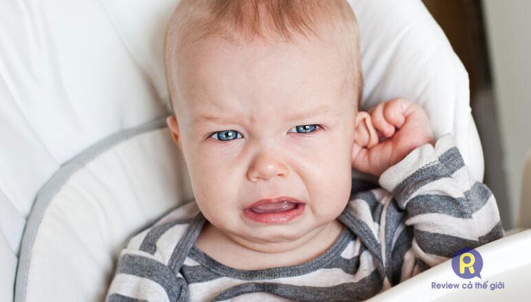Trẻ thường đưa tay lên vò tai