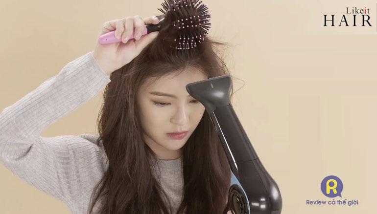 Làm phồng tóc mái bằng lược tròn